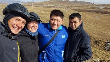 Wir lernen Amir und seinen Cousin kennen und werden zu ihnen nach Almaty eingeladen