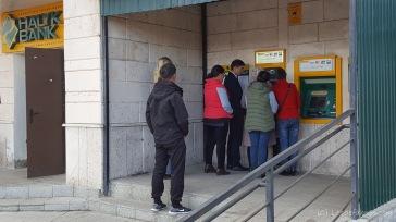 Diskretion in Kasachstan. Wer nicht direkt mit am Automaten steht, hat keine Chance auch mal an der Reihe zu sein.