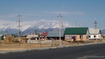 Blick auf das, was vor uns liegt. Die Berge sind alle um die 3000 m .. dass die Schneefallgrenze deutlich darunter liegt, sehen wir hier zum ersten Mal