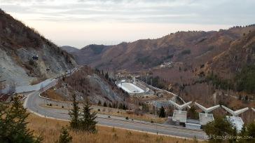 Blick ins Tal zum Eisstadion. Hinten im Dunst liegt eigentlich auch noch Almaty