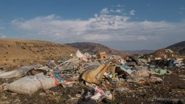 Leider ein Problem in ganz Zentralasien. Wilde Müllkippen finden sich mal mehr, mal weniger. Während in Tadschikistan viel Müll direkt verbrannt wird, wird er hier in Kirgistan häufig einfach in die Landschaft gekippt.