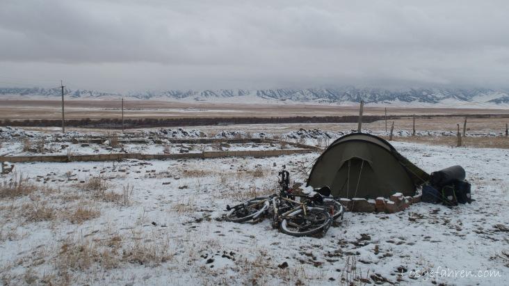 gelegentlich mussten auch die Räder für die Zeltabspannung herhalten. (Kasachstan)