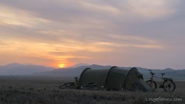 ... die Ruhe vor dem Sturm. Dass uns wenige Stunden später hier ein Sandsturm wachrüttelt, war uns beim schlafengehen noch nicht bewusst. (Kasachstan)