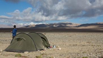 schnell nimmt das Zelt die Farbe seiner Umgebung an (Pamir, Tadschikistan)
