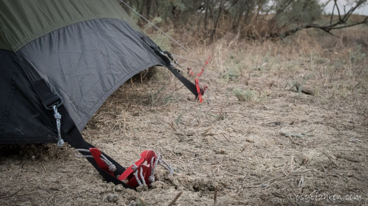 Sandheringe hatten wir keine mit, aber wenn man noch ein paar Extra DAC-Heringe nimmt, bekommt man das Zelt auch auf losem Boden irgendwie fest. (Aserbaidschan)
